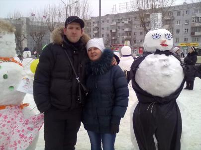 В нашем городе что-нибудь да придумают зимой.Вот это интересно было.Снеговики.Сын со снохой.